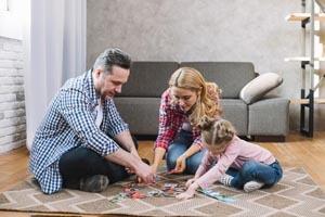 rodina skladá puzzle
