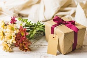 darček a kvetiny