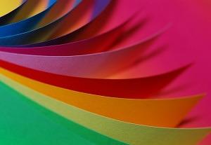 Hárky farebného papiera určeného na tlač